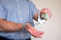 Zatrzymująca przestępca chce płacić daleko milicyjnego przedstawiciela Kajdanki na nadgarstkach zatrzymujący mężczyzna zdjęcie stock