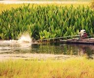 Zatrzymuje akcję robić tradycyjną łodzią woda Obraz Royalty Free