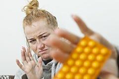 Zatrzymuje brać leki i mediines Kobieta ono broni od leków zdjęcia royalty free