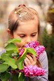 Zatrzymuje kwiaty & wącha Obraz Stock