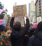 Zatrzymuje Na zachód, atutu protesta znak, kobiety ` s Marzec, central park, NYC, NY, usa Obrazy Royalty Free