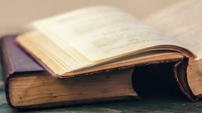 Zatrzymuje ruch kręcenia strony stara książka Zamyka w górę widok Filmowy koloru oceniać zdjęcie wideo