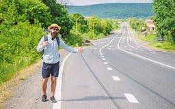 Zatrzymuje samochód Mężczyzna próby przerwy samochodowy kciuk up Hitchhiking jeden tani sposobów podróżować Podnosić up autostopo obraz royalty free