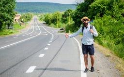 Zatrzymuje samochód Mężczyzna próby przerwy samochodowy kciuk up Hitchhiking jeden tani sposobów podróżować Podnosić up autostopo obrazy stock