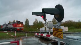 ZATRZYMUJE szyldowego czerwonego światła ruchu przy kolejowym skrzyżowaniem zdjęcie wideo