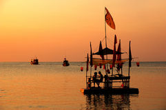 Zattera di bambù al tramonto Fotografia Stock Libera da Diritti