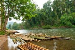 Zattera di bambù che galleggia nel fiume Fotografia Stock