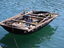 Zattera di legno nella baia Vietnam di Halong fotografie stock