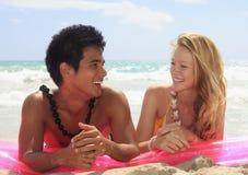 zattera di menzogne delle coppie della spiaggia Immagine Stock Libera da Diritti