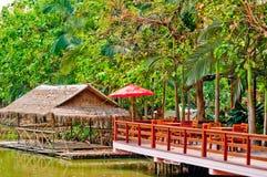 Zattere e patio di bambù della riva del fiume Fotografie Stock