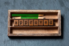 Zatwierdzony i akceptujący symboliczny pojęcie Rocznika pudełko, drewniani sześciany z starego stylu listami, zieleni ołówki szar fotografia stock