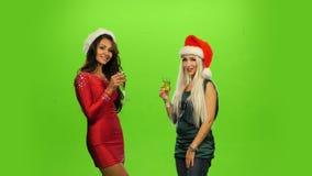 zauber Freudig erregt Frau, die das neue Jahr, grün feiert stock video