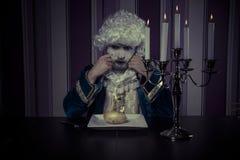 Zauber, Mann kleidete in der Rokokoart, im Konzept des Reichtums und im pove an Stockbild