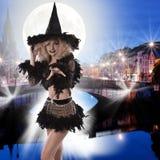Zauber schoss von einer netten blonden Halloween-Hexe Stockfotografie