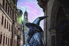 Zauberer in der Märchenkleidung und mit einem Personal in der Straße von a Stockfotografie
