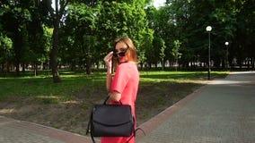 ZauberGeschäftsfrau trägt Sonnenbrille und das Lächeln auf Kamera stock footage