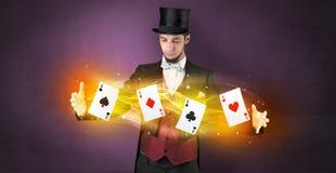 Zauberkünstler, der Trick mit magischen Spielkarten macht lizenzfreie stockbilder