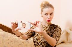 Zaubermädchen, das selfies macht Lizenzfreie Stockfotografie