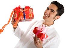 Zaubermann mit Geschenk. Lizenzfreie Stockfotografie