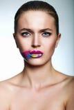 Zaubernahaufnahmeporträt des schönen stilvollen Modells der jungen Frau mit hellem Make-up, mit den kreativen bunten hellen L Stockfoto