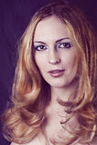 Zauberportrait der reizvollen blonden Frau Stockbild