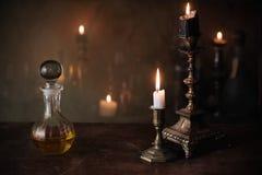 Zaubertrank, alte Bücher und Kerzen Stockfotos