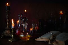 Zaubertrank, alte Bücher und Kerzen Stockfoto