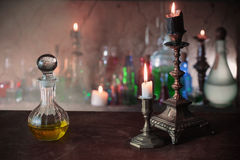 Zaubertrank, alte Bücher und Kerzen Lizenzfreie Stockfotos
