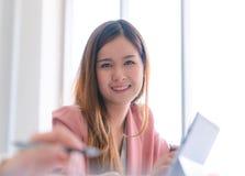 Zaufanie Biznesowa kobieta w białego portreta biznesowym biurze fotografia royalty free