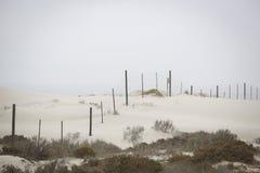Zaun über Düne lizenzfreie stockfotografie