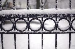 Zaun abgedeckt mit Schnee Stockbilder