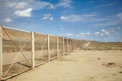 Zaun in Aserbaidschan-Wüste, die Nationalpark Gobustan umgibt Lizenzfreies Stockbild