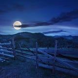 Zaun auf Abhangwiese im Berg nachts Stockfoto