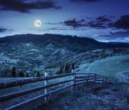 Zaun auf Abhangwiese im Berg nachts Stockfotos