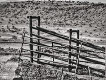 Zaun auf dem Gebiet lizenzfreie stockfotografie