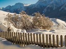 Zaun auf einem Berghang Stockfoto