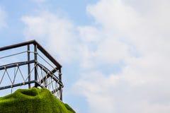 Zaun auf einer Klippe steil mit Wolke im blauen Himmel Lizenzfreie Stockfotografie