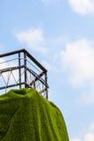 Zaun auf einer Klippe steil mit Wolke im blauen Himmel Stockfotos