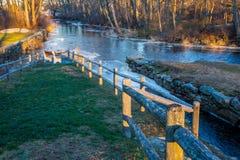Zaun auf Fluss Lizenzfreie Stockbilder