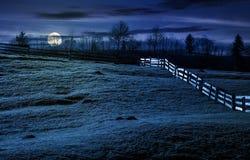 Zaun auf grasartigem Abhang im Herbst nachts Lizenzfreie Stockfotos