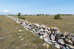 Zaun der alten traditionellen Steinwand Stockfotografie