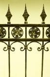 Zaun des bearbeiteten Eisens Stockfotos
