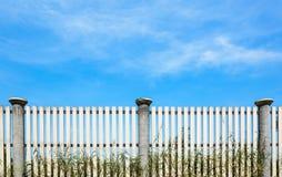 Zaun des blauen Himmels und des Holzes Stockbilder