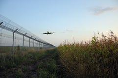 Zaun des Flughafens und des Flugzeugs Stockbild