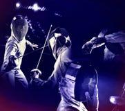 Zaun des Sports für Frauendegenfechter Ultravioletter Hintergrund Stockfotos