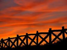 Zaun in einem Sommerzeitsonnenuntergang Stockbilder