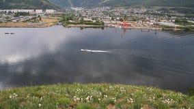 Zaun einer Plattform auf Flusspassagierschiff Flussbänke stock video footage