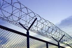 Zaun eines Flughafens mit Stacheldraht Stockfotografie