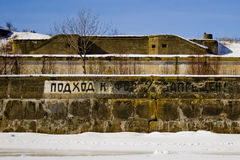 Zaun eines Militärforts im Winter lizenzfreie stockfotos