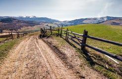 Zaun entlang der Landstraße im ländlichen Gebiet Stockfotos